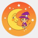 Bruja que se sienta en la luna pegatina redonda