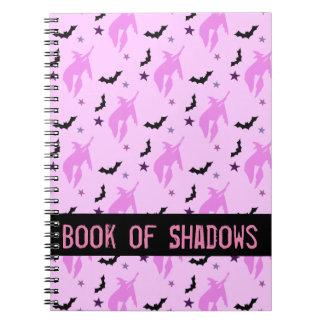 Bruja rosada y libro femenino de los palos de libros de apuntes
