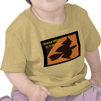 Bruja traviesa en el entrenamiento camisetas