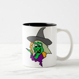 Bruja verde de Halloween Taza De Dos Tonos