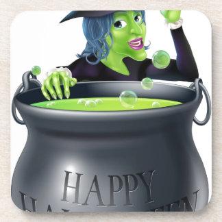 Bruja y caldera del feliz Halloween Posavasos De Bebidas