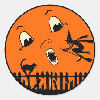 Bruja y luna de Halloween del vintage Etiqueta Redonda
