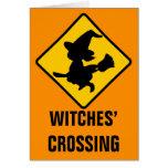 Brujas amonestadoras que vuelan en los palos de es felicitacion