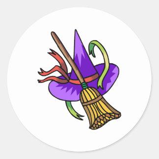 brujas gorra y escoba pegatina redonda