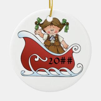 Brunette del trineo del explorador del brownie adorno navideño redondo de cerámica