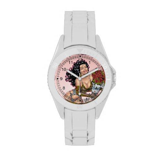 Brunette en ropa interior con el ejemplo de los relojes de mano