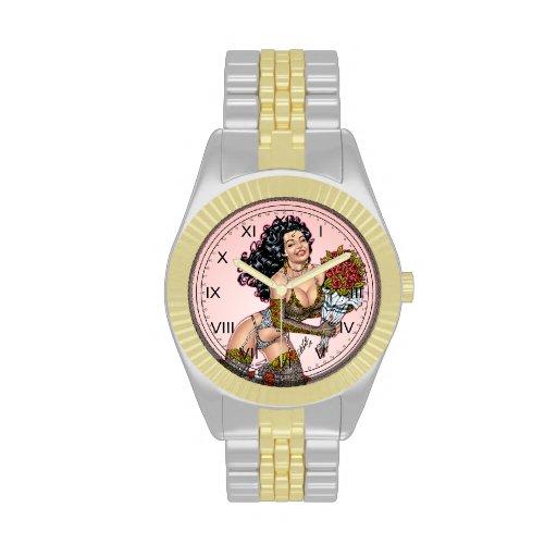 Brunette en ropa interior con el ejemplo de los relojes