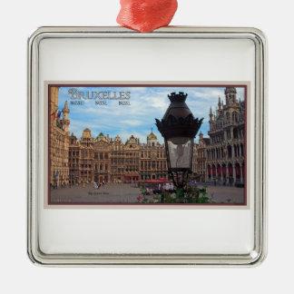 Bruselas - el lugar magnífico adorno navideño cuadrado de metal
