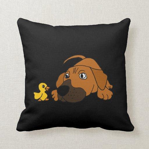 BT perro de perrito de Brown con la almohada de