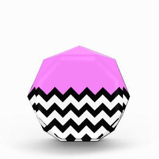 Bubblegum-Rosado-En-Negro-y-Blanco-Zigzag-Modelo
