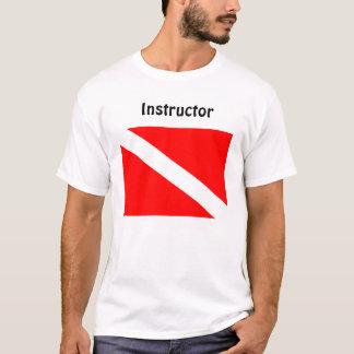 Buceador del instructor debajo de la camiseta de