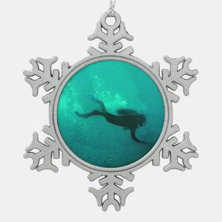 Buceador del océano adorno de peltre en forma de copo de nieve
