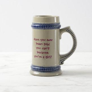 Buceador ligero del cielo del chica tazas de café