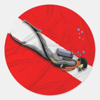 Buceador y bandera arrugada de la zambullida pegatina redonda