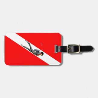 Buceador y bandera de la zambullida etiquetas maletas