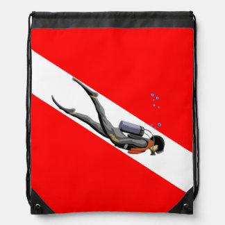 Buceador y bandera de la zambullida mochilas