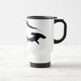 Buceador y taza de los tiburones