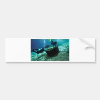 Buceadores subacuáticos con el cofre del tesoro pegatina para auto