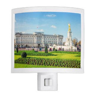 Buckingham Palace y monumento de Victoria Luz De Noche