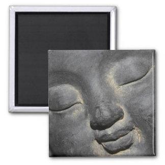 Buda apacible hace frente a la escultura de piedra imán cuadrado