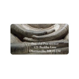 Buda da postura de la meditación etiquetas de dirección