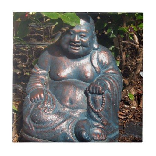 Buda de risa que goza del sol de la primavera tejas  ceramicas