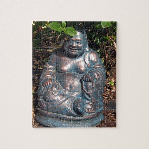 Buda de risa que goza del sol de la primavera puzzles con fotos