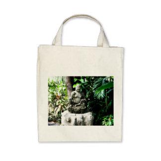 Buda de risa tailandés en jardín bolsa