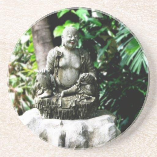 Buda de risa tailandés en jardín posavasos manualidades