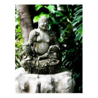 Buda de risa tailandés en jardín postales