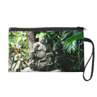 Buda de risa tailandés en mitón del jardín