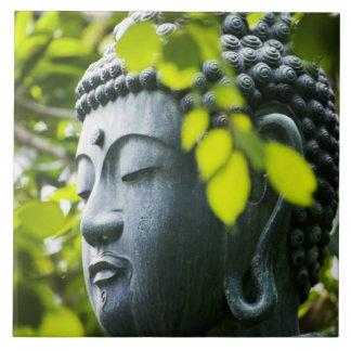 Buda en jardín del templo de Senso-ji Azulejo Cuadrado Grande
