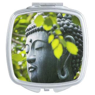 Buda en jardín del templo de Senso-ji Espejo De Maquillaje