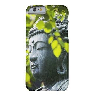 Buda en jardín del templo de Senso-ji Funda Para iPhone 6 Barely There