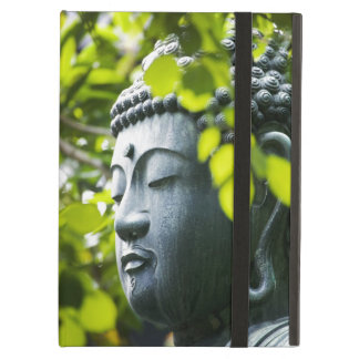 Buda en jardín del templo de Senso-ji