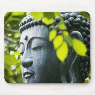 Buda en jardín del templo de Senso-ji Tapete De Ratón