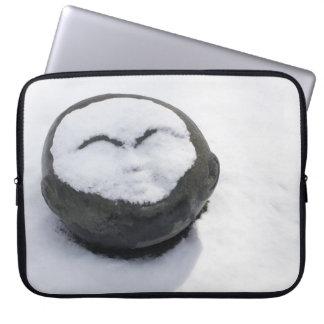 Buda feliz con el Facial de la nieve Fundas Computadoras