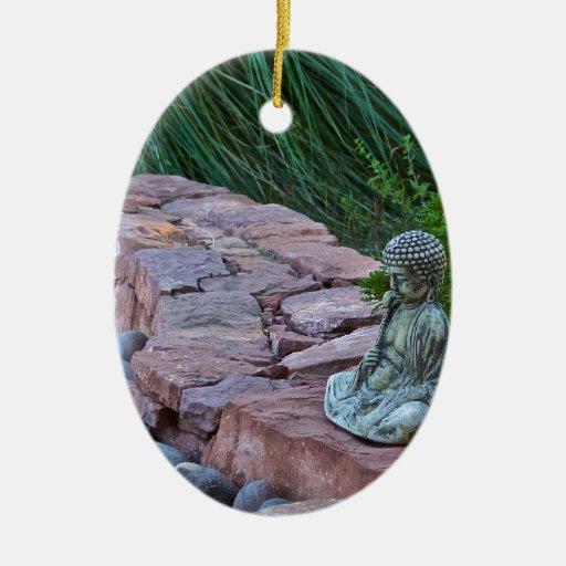 Buda meditating por la corriente adorno de reyes