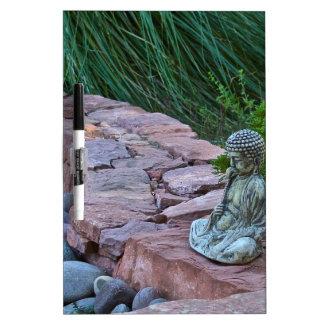 Buda meditating por la corriente pizarras blancas de calidad