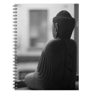 Buda que se sienta en la meditación libro de apuntes