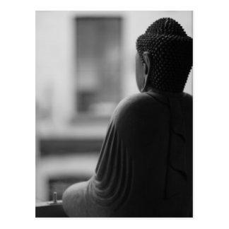 Buda que se sienta en la meditación tarjeta postal