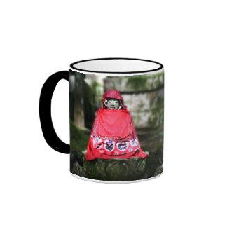 Buda rojo Jizo en bosque Tazas De Café
