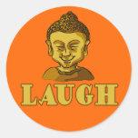 Buda sonriente con las camisetas y los regalos de etiquetas redondas