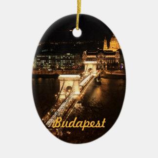 Budapest, bancos del Donau por noche Adorno Navideño Ovalado De Cerámica
