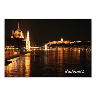 Budapest en la noche que muestra el puente de cade fotos