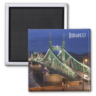 Budapest - puente de la libertad por noche imán cuadrado