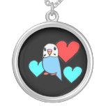 Budgie azul con los collares de los corazones