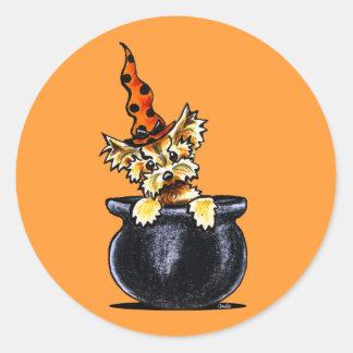 Buen Apagado-Correo Art™ de la bruja de Yorkie Pegatina Redonda
