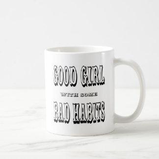 Buen chica con algunos malos hábitos taza de café