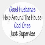 Buena ayuda de los maridos alrededor de la casa pegatina redonda